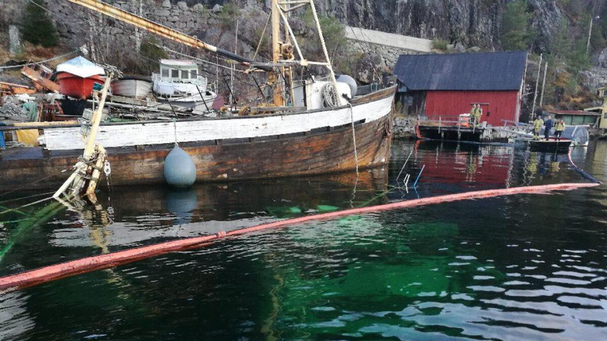 Skombrus ligg på ei hylle under vatn og med masta inn på skøyta den var festa til.