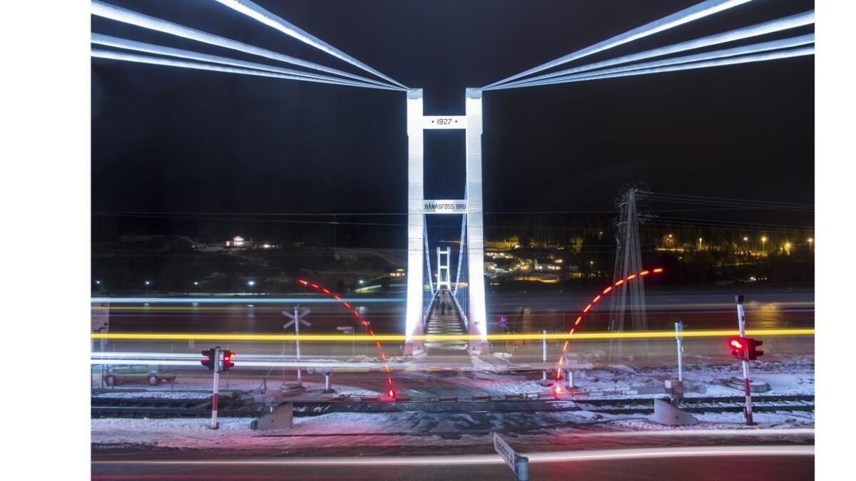 Bommene går ned og et tog passerer. Canon EOS 60D. Blender 5,6. Lukkertid 20 sekunder. brennvidde 15 mm. ISO 200.