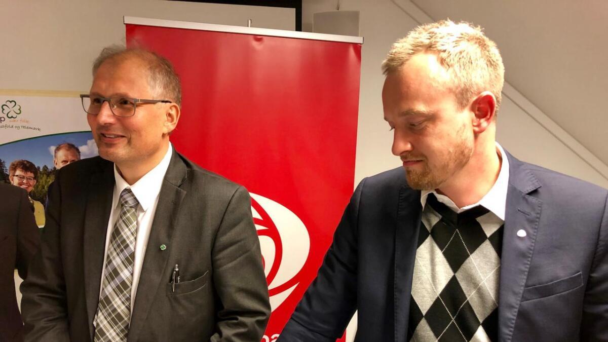 Terje Riis-Johansen (Sp) og Sven-Tore Løkslid (Ap) møtte pressen på partikontoret til Telemark Ap i Skien tirsdag. Førstnevnte blir ny fylkesordførerer, mens sistnevnte må finne seg ny jobb.