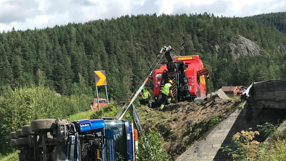 Bergingsbil er på stedet for å trekke betongbilen opp av grøfta.