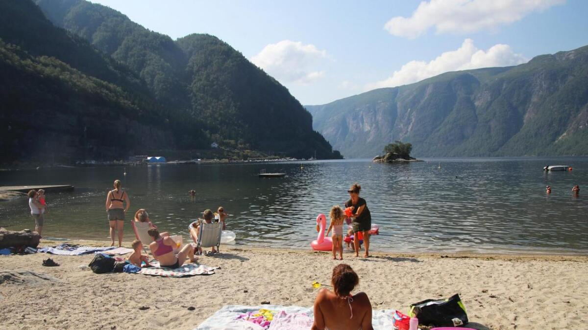Folk både sola seg og bada i Agnavika tysdag føremiddag.