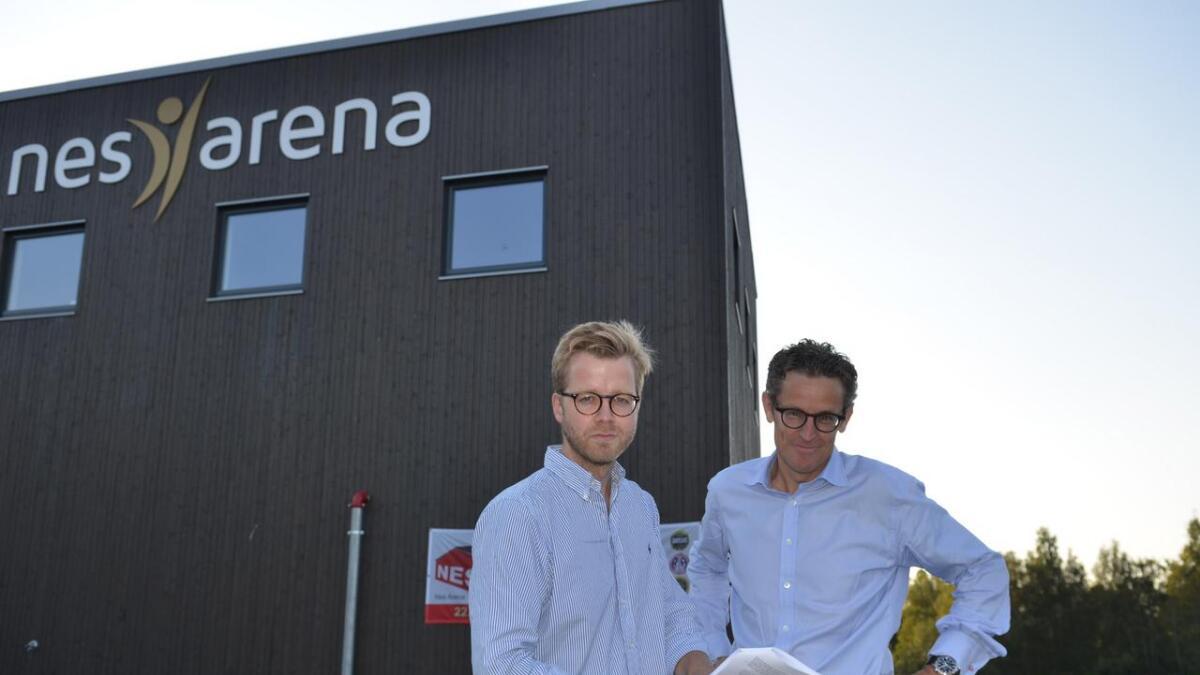 Gudbrand Johannes Qvale (t.v.) og Stephan Lange Jervell i Stiftelsen Romerike International School får fortsatt motstand fra Fylkesmannen i sitt ønske om å bygge en internasjonal skole ved Nes Arena på Neskollen. Arkiv