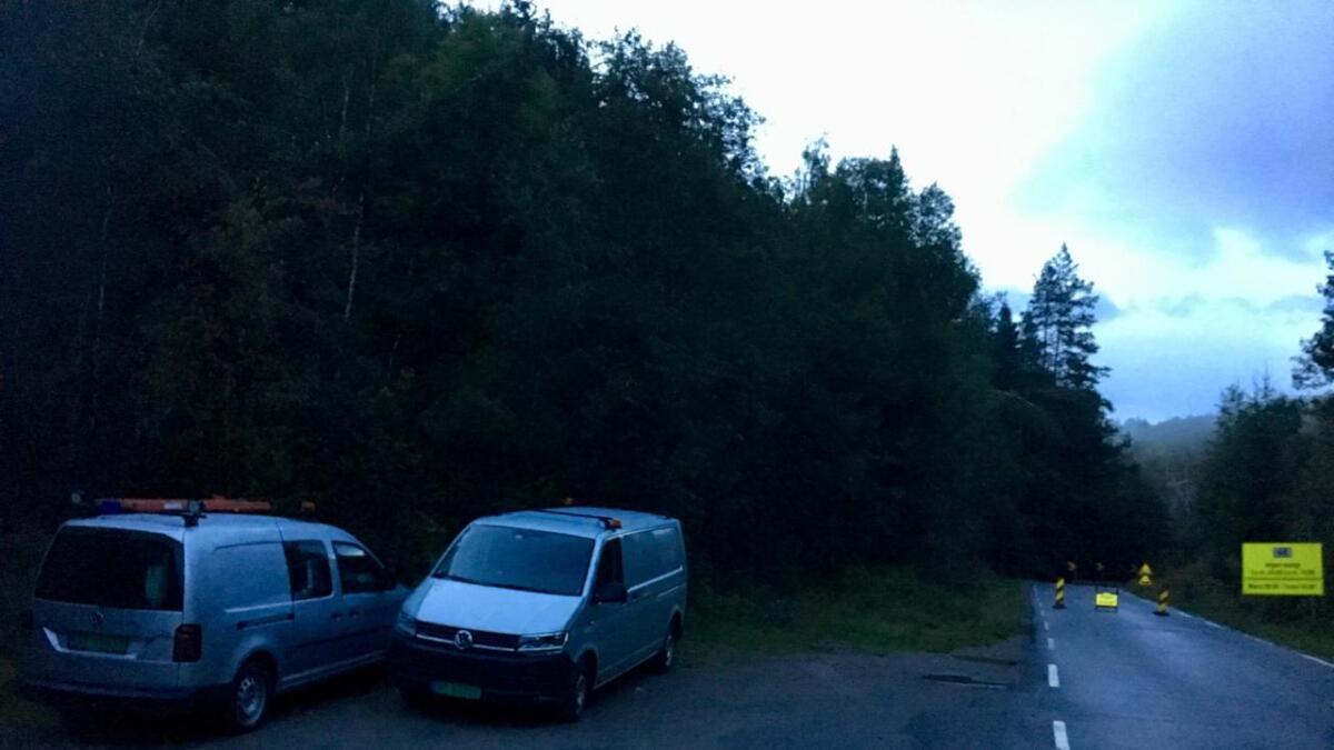 To bilder fra Jernbaneverket parkert langs Valebøveien.
