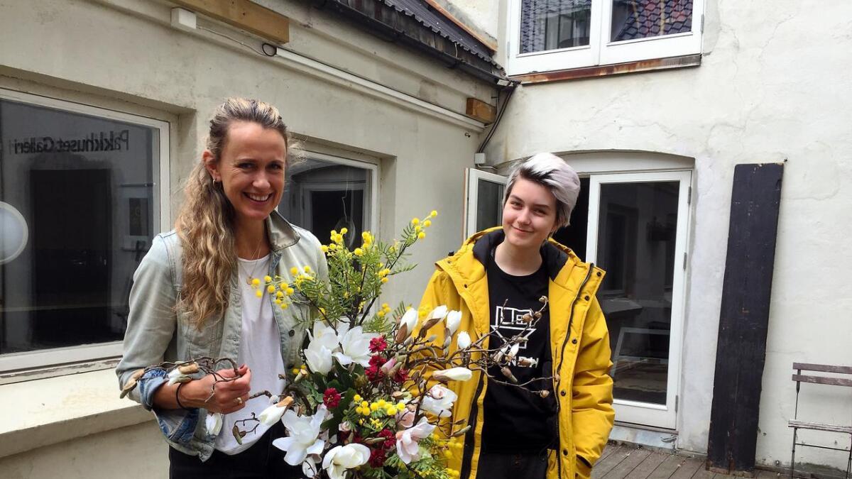 Om halvannen uke skal Randi Lauvdal være på plass med blomster og dekorasjoner i lokalene i bakgrunnen. Der skal også Camilla Moen stille ut et av sine malerier.