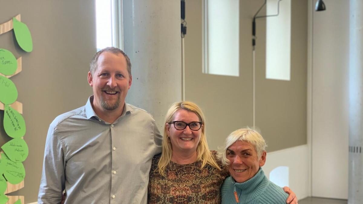 Oddbjørn Kylland (Sp), Gro Bråten (Ap) og Birte Simonsen (MDG) etter at den første avtalen om samarbeid var inngått.
