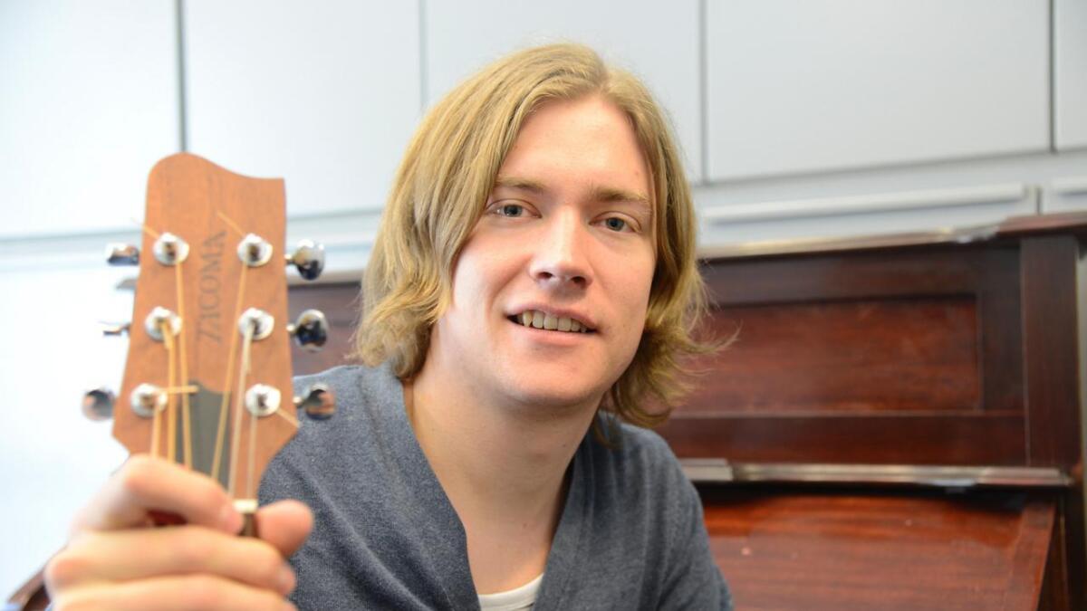Emil Brattested er klar med sitt første soloalbum. Det blir sleppt fredag.