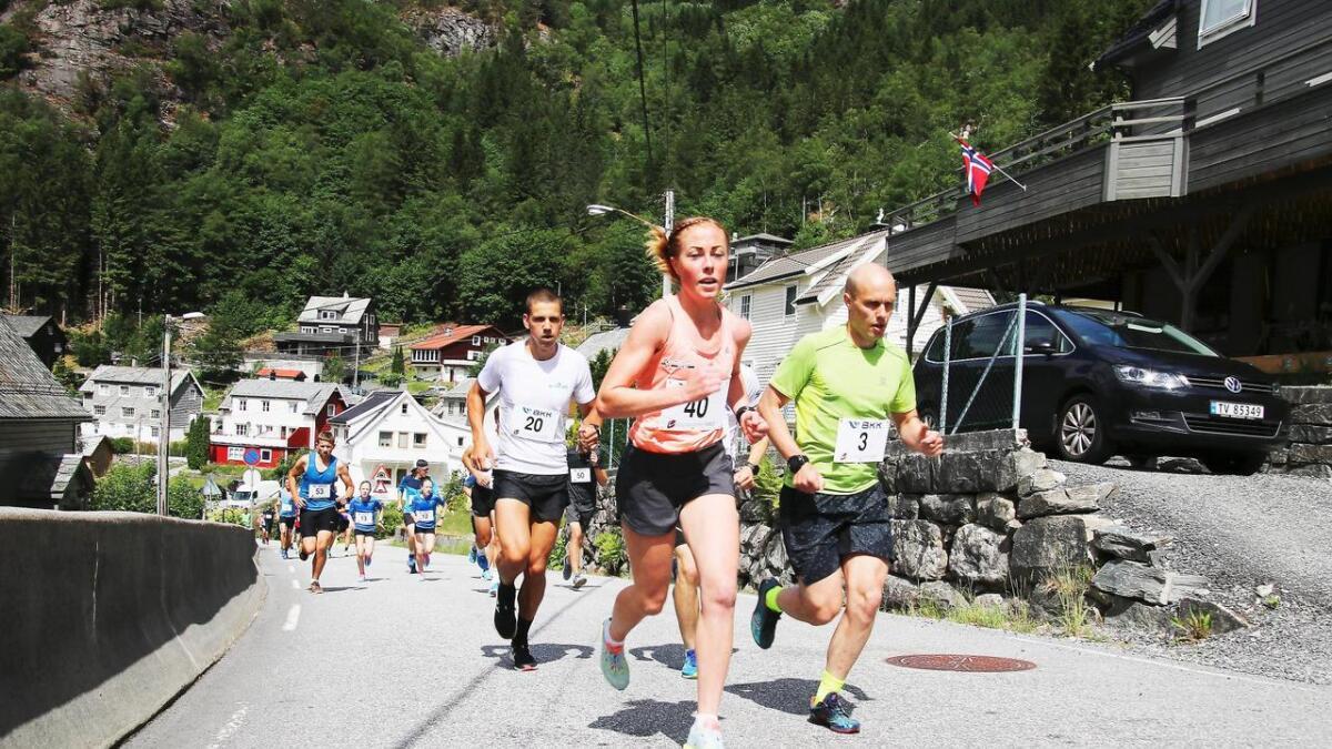 Laurdag skal løparane igjen prøva seg på Bergsdalsvegen. Her Eli Anne Dvergsdal og Helge Simmenes i aksjon i fjor.