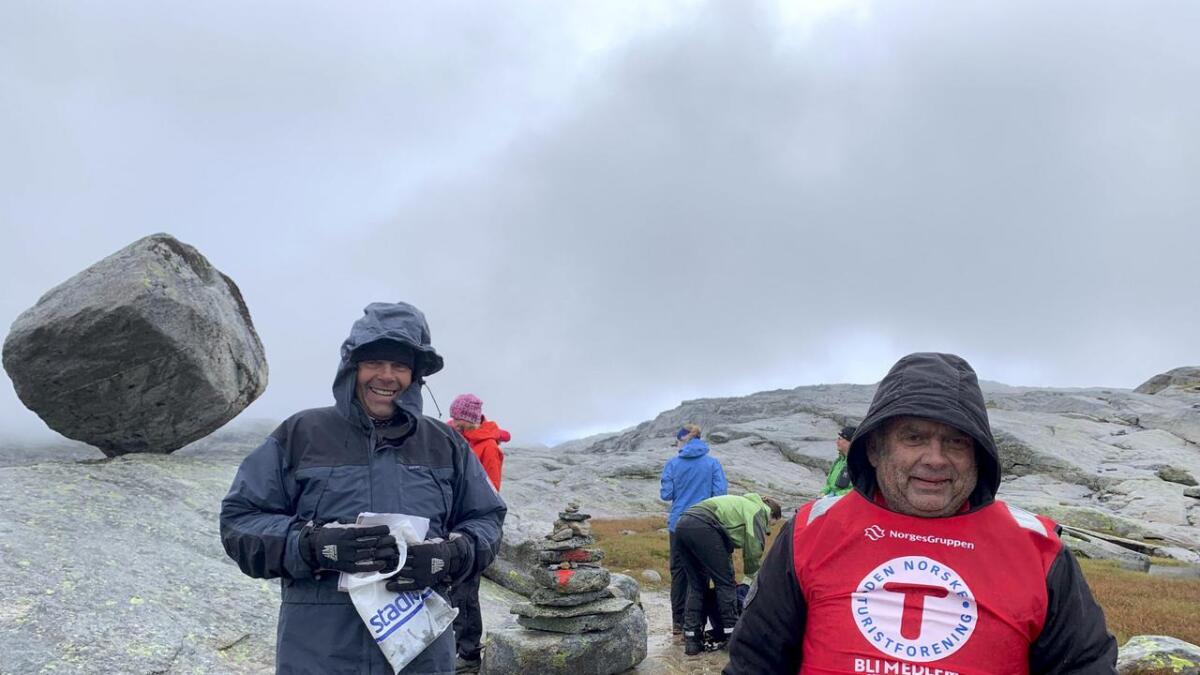 Bjarne Hjelle (t.v.) og Oddvar Drevsjø var på plass på post ved Timaglaset, som er om lag halvvegs på turen.