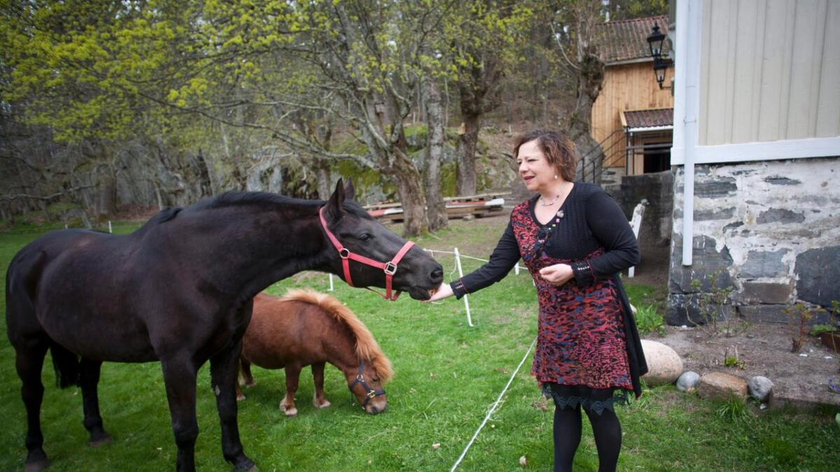 Rikt dyreliv. Guri Linn har gitt alle dyrene på gården egne navn. – Dette er Blackié, forteller hun.