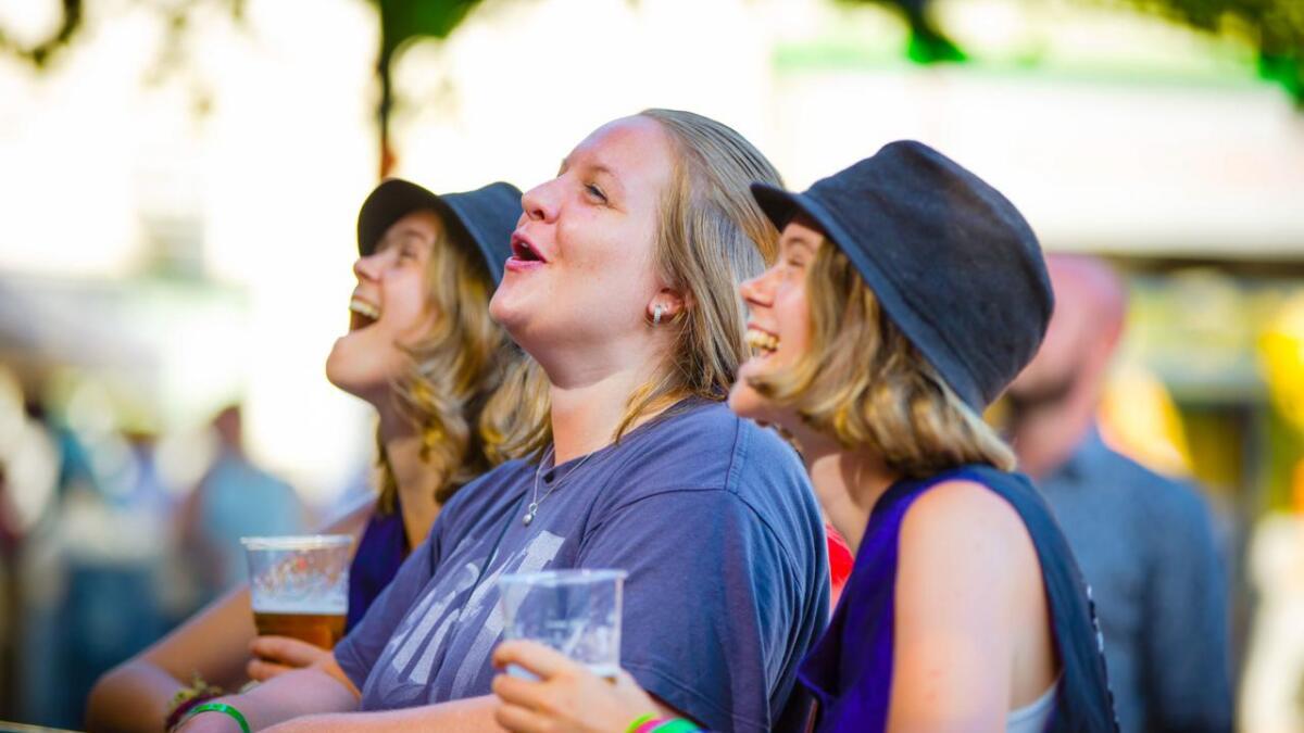 Tvillingsøstrene Mona og Inger Kvikkestøyl Fosseli og Nina Wiggen Skaret (i midten) gledet seg til å se                         Violet Road tilbake i hjembyen Arendal etter å ha fulgt dem land og strand siden første gang de hørte dem spille på Canal Street. I alt har de til nå vært på 48 av konsertene deres, og Arendals-konserten blir den 49. konserten på fire år. Her                ser vi at damene koser seg på Real Ones før yndlingsbandet entret scenen senere på kvelden.