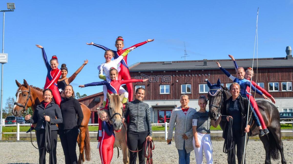 Fra venstre hesten Tiali, Karete Johansen, Sara Rislå Ekeberg, Sulia Therese V. Olsen, Merethe Rislå, Filipa Boye, hesten Odin, Mathilde Hatlevoll Gjennestad, Lova Johansen, Anniken Hatlevoll Gjennestad, Marie Hatlevoll, Helena Boye, Sunniva Antonsen, hesten Bålsvarten, Agnethe Rislå, Mira Rislå Grønning og Linnea Aanonsen.