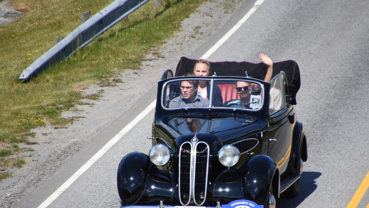 Tiril Søreng fra Grimstad la ut på veien i sin BMW 321 kabriolet sammen med venner lørdag formiddag.