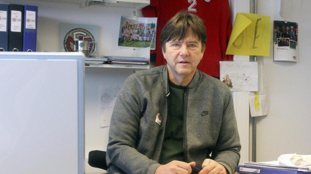 Den daglige lederen i Telemark fotballkrets – Roger Eilertsen – døde på Sykehuset Telemark i Skien torsdag morgen.