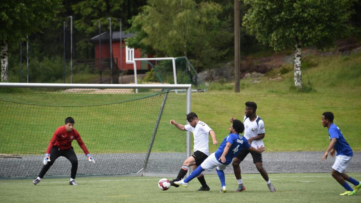 Kommunen får tilskudd til grunnskoleopplæring av asylsøkere. Her fra en fotballturnering arrangert av asylsøkere i Holta i sommer.