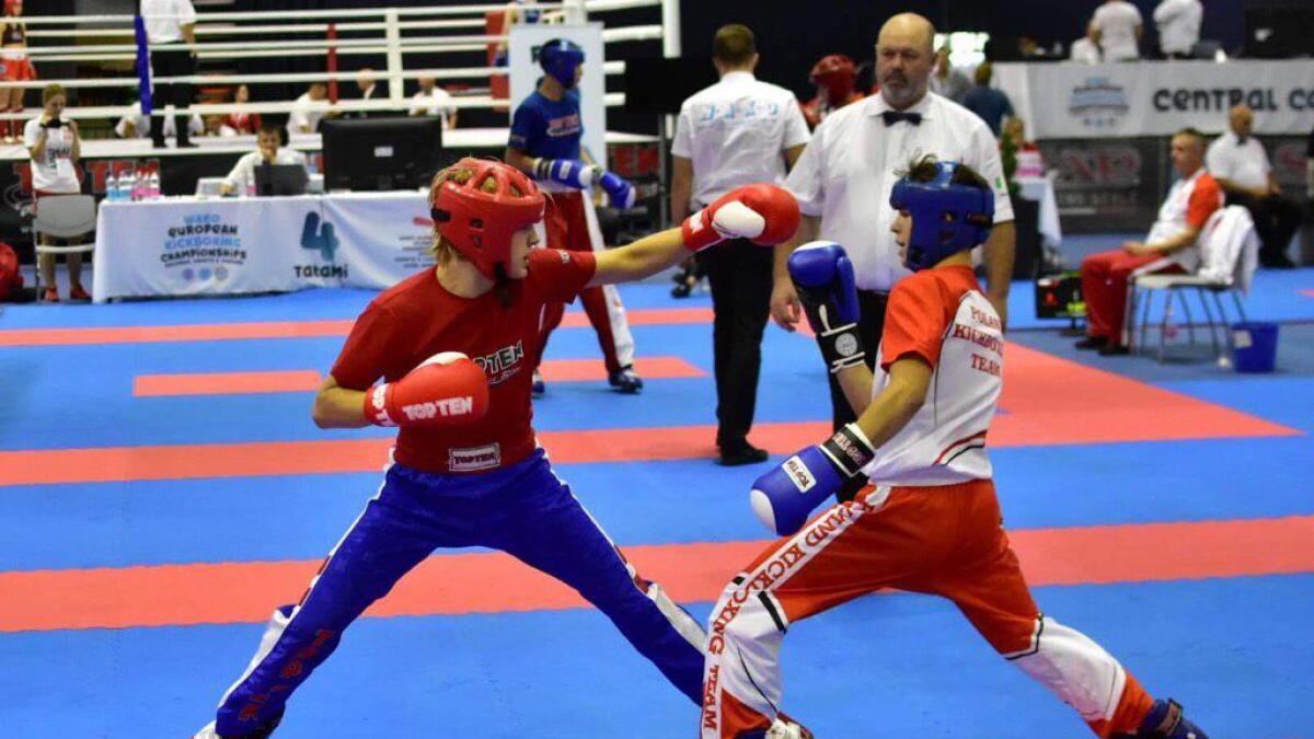 Adrian Lauritzen Andresen (t.v.) klinket til med seier i kvartfinalen, og sikret seg EM-bronse i lettkontakt.