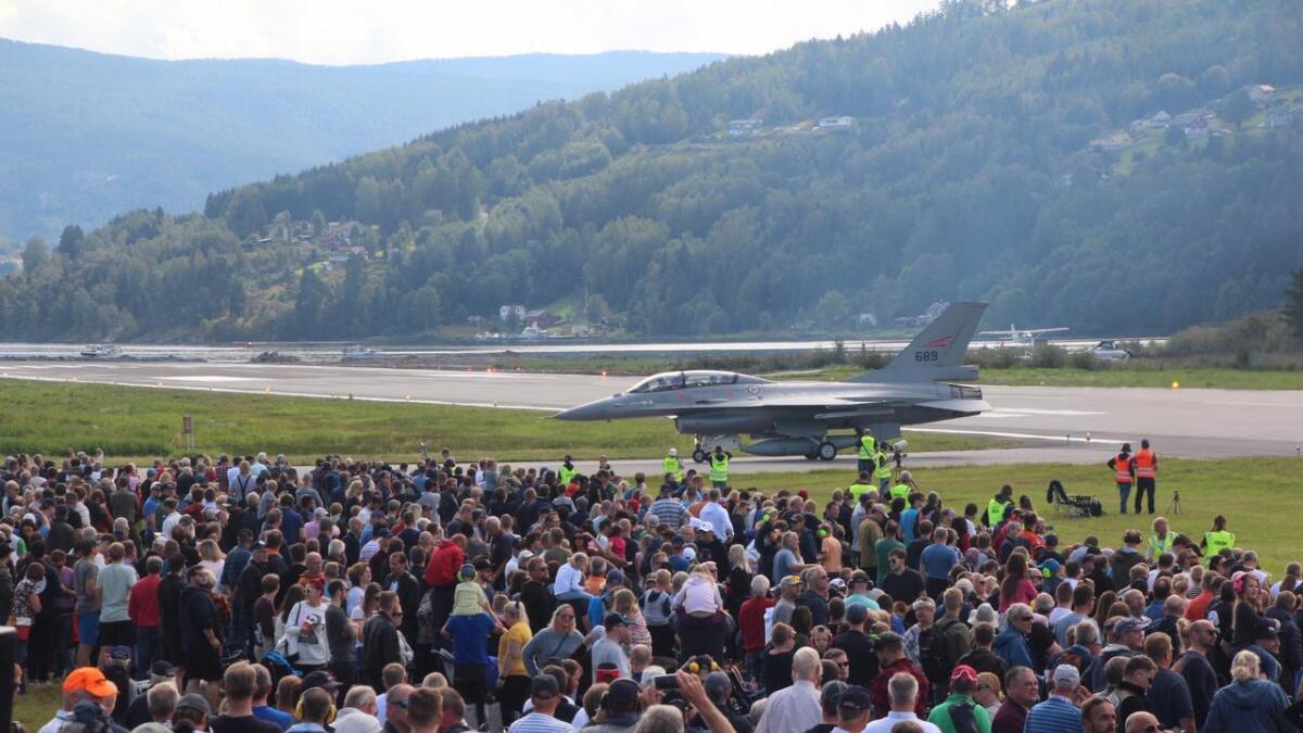 Det ble en folkefest på Notodden flyplass søndag.Her er et F16 jagerfly akkurat ferdig med sin oppvisning.
