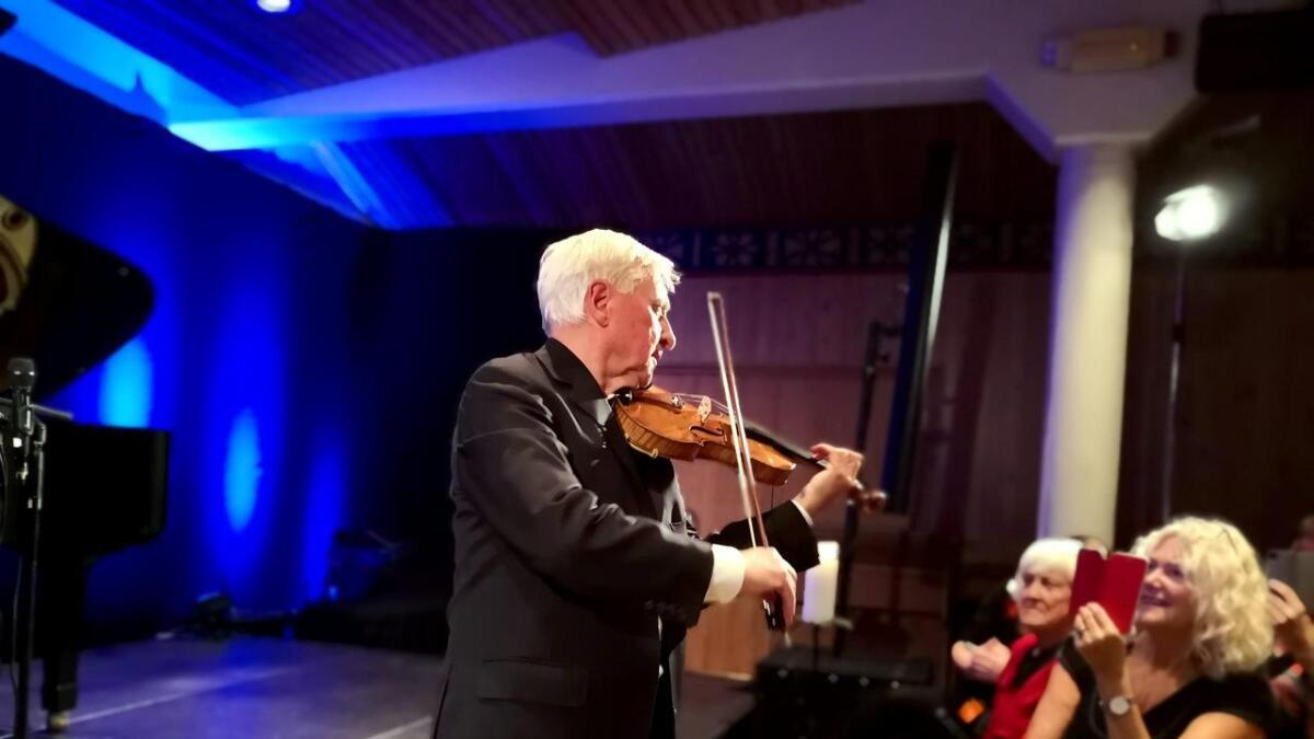 Arve Tellefsen kvir seg ikkje for å gå ned i salen og spela på konsertane sine. Han ynskjer kontakt med dei han spelar for, og det set publikum umåteleg pris på.