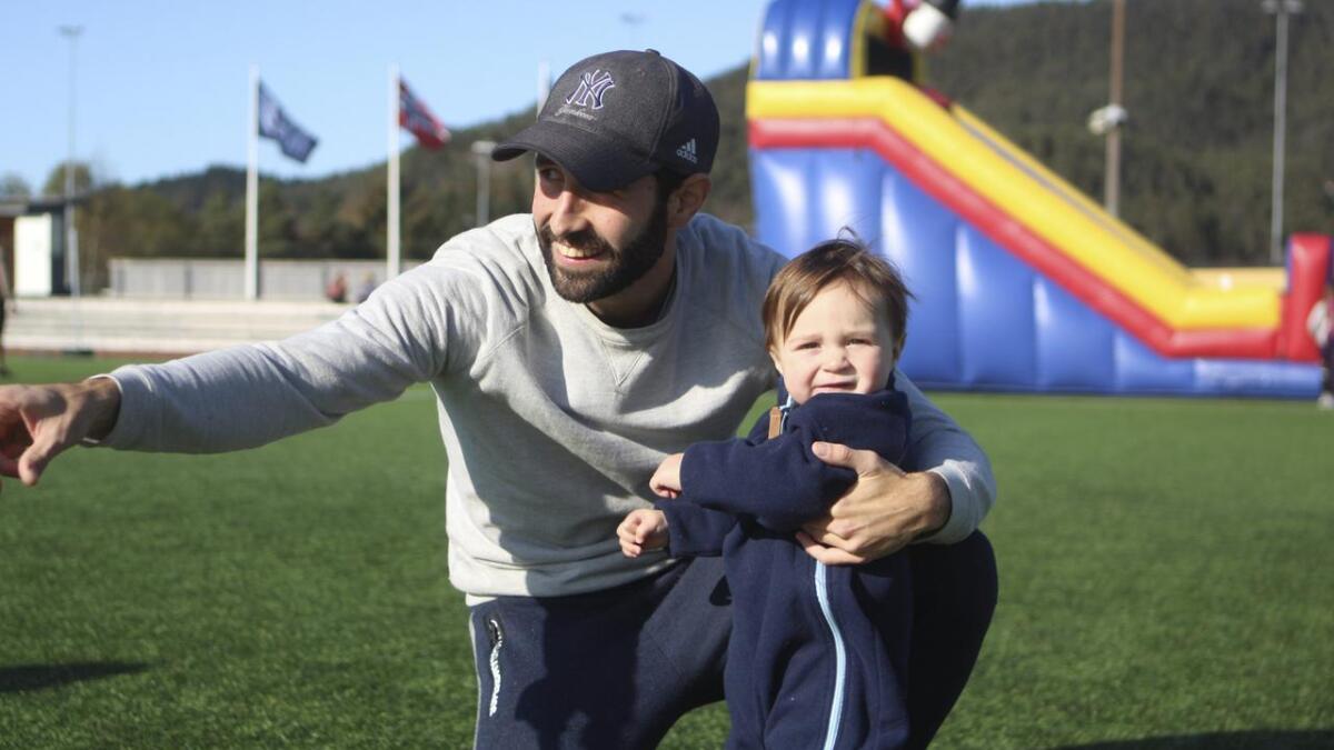 Os-spelar Rafael Villen Villen hadde med seg dottera Aurora (1) og hadde dermed gyldig grunn til å testa hoppeslottet.
