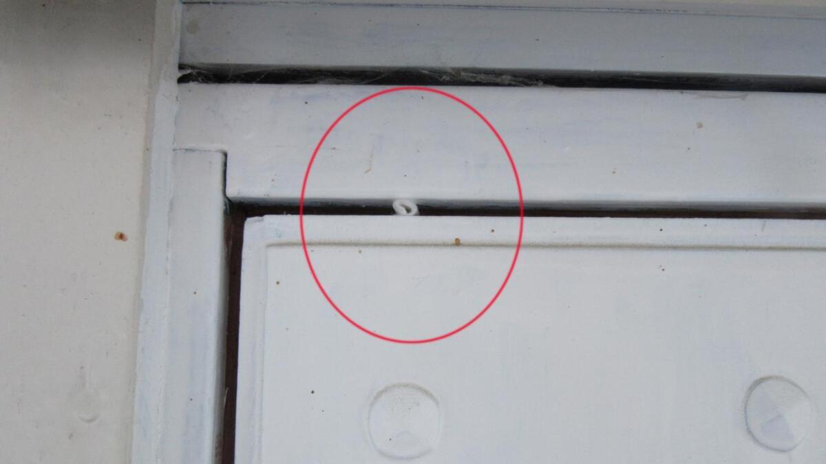 Lappen, plassert i overkanten av inngangsdøra på et hus i Hjukesbø. Hvis den fortsatt sitter der et døgn senere vet tyvene at ingen har gått ut eller inn av huset, og regner med at det står tomt i helgen. da bryter de seg inn i boligen og tømmer huset for verdisaker.