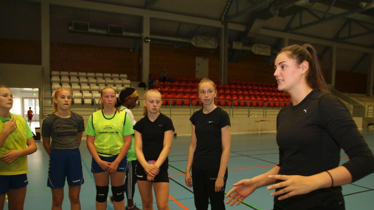 Hanna Hesjedal, Brita Nesaas, Thea Bryn Haugstvedt, Adele Sivertsen Brattenborg og Solveig Toje høyrer på råd frå Jorid Vivås.