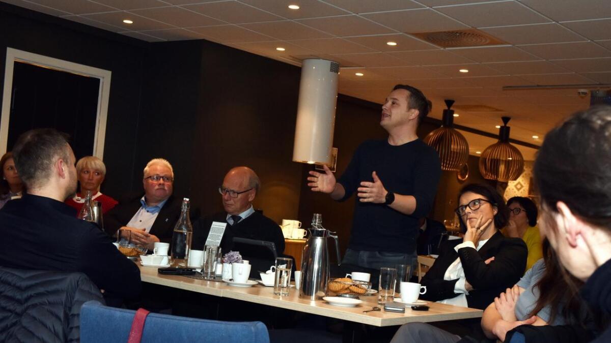 Frank Steiro argumenterte for blant annet for transportvansker til Harstad om retten skulle flyttes dit. Til venstre sitter VNS-styrer Johnny Karlsen og advokat Oddmund Enoksen, til høyre sitter advokat Trude Marie Wold.