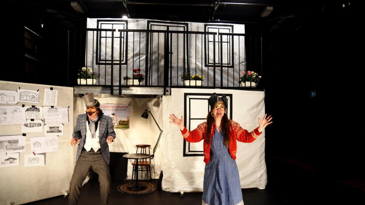 SuperSolness er Kjersti Posti Høgli og Anders Høgli sin versjon av Ibsens Byggmester Solness. . Maskene har             en utrolig effekt, det blir en artig 20 minutters opplevelse for barna.