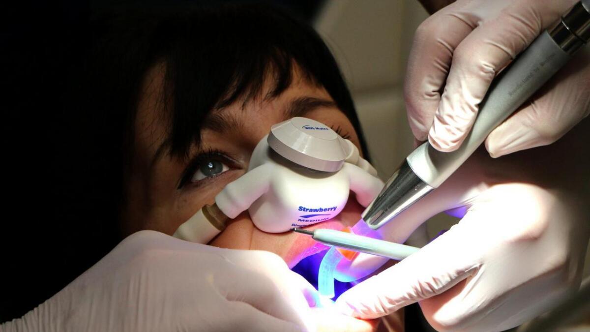 Helene Pihl hatet å gå til tannlegen, men etter at hun startet med lystgass blir hun              bokstavelig talt mer likeglad under selve behandlingen.