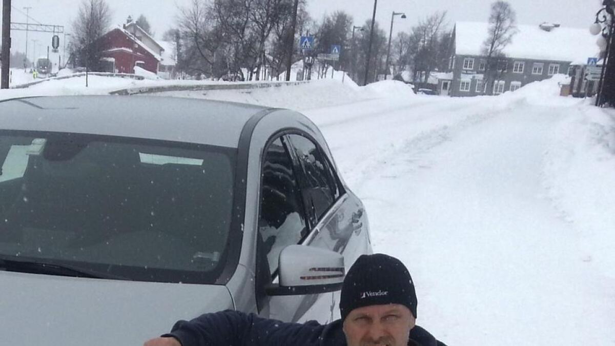 I desember ble bilen til familien Johansen på Årnes påkjørt mens den sto parkert. Steinar Johansen etterlyste synderen og vitner gjennom Raumnes, men ingen meldte seg.