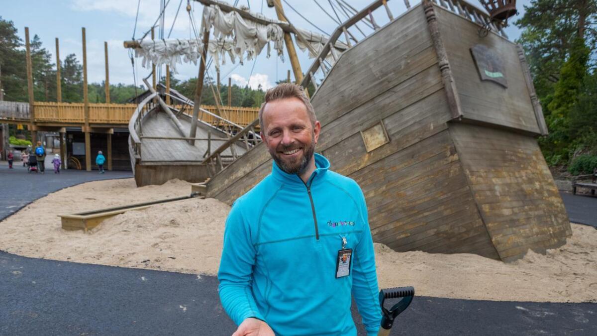 Administrerende direktør i Dyreparken, Per Arnstein Aamot, med en neve som kan inneholde gull. Ved det nedsunkne skipet kan du lete etter den hemmelig gullskatten.