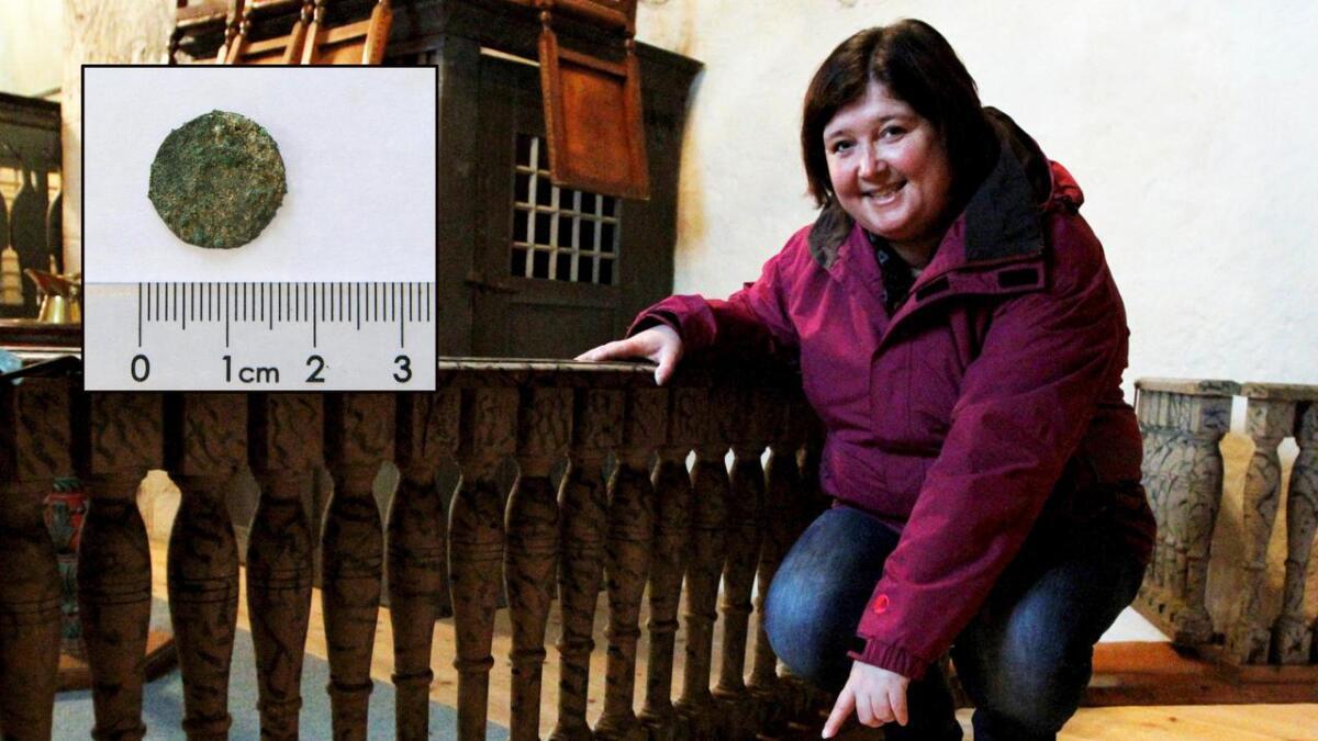 I dag er det et nytt tregulv på plass der hvor de sytten middelaldermyntene ble funnet. Kirkeverge Mona Halsvik synes funnet er spennende. Nå håper hun at enda flere skal få opp øynene for kulturperlen Romnes kirke som ble bygget helt tilbake på 1100-tallet.