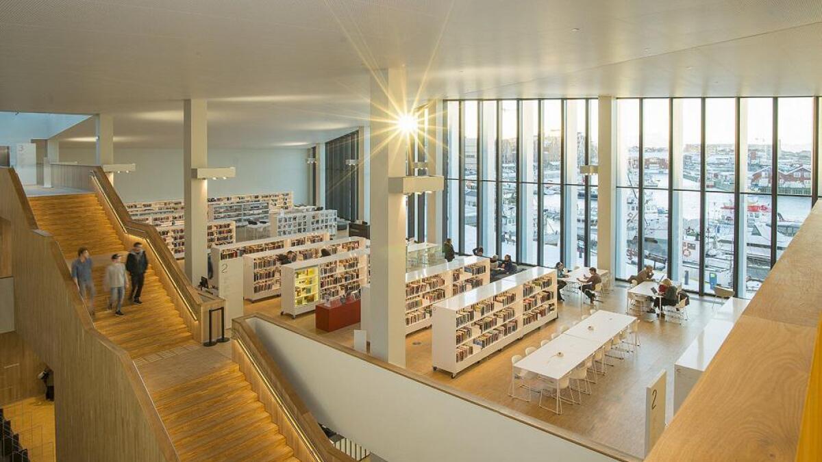 Vinduene i Stormen bibliotek gir god utsikt over havnen i Bodø og fjellene omkring.