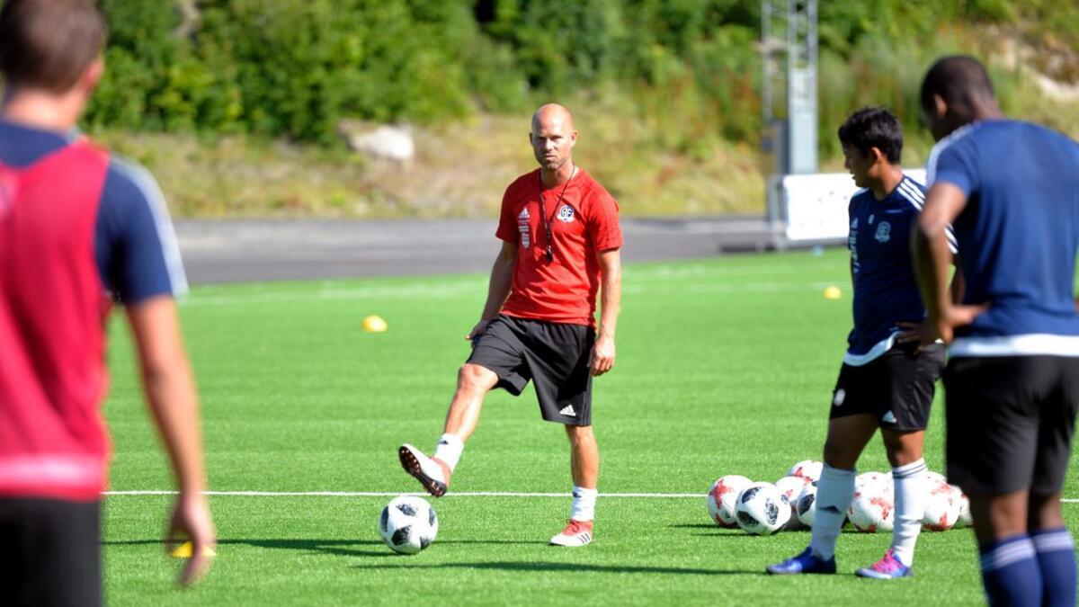 Roger Risholt (t.v.) er fotballkommentator i Eurosport og assistenttrener i Arendal Fotball. Han har spilt for både Jerv og Start, og tror kampen dem imellom blir en kul kamp.