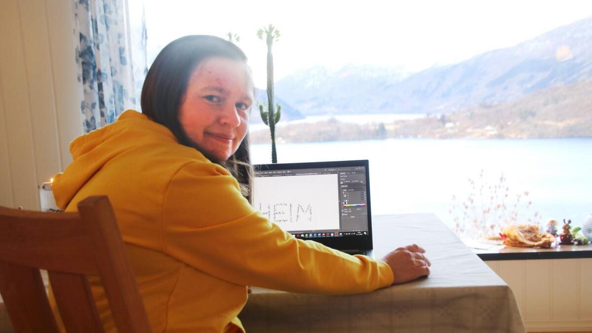 Kristin Straume Audestad har god utsikt til fjord og fjell frå stova på Vaksdal.
