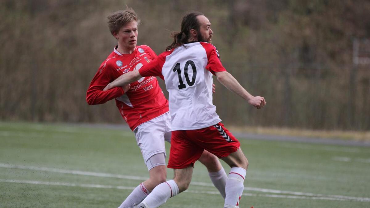 Eirik Mørkve ser fram til mange kjekke kampar i 4. divisjon komande sesong. Her i aksjon mot Mathias Dale og Vaksdal.