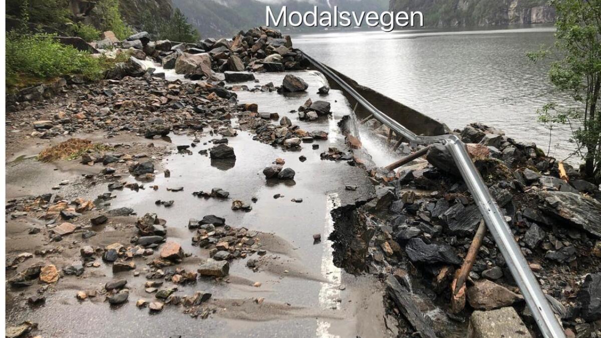 Vatnet har fleire stader grave ut under vegbana og rekkverket. (Foto Harald Hauso, Statens vegvesen)