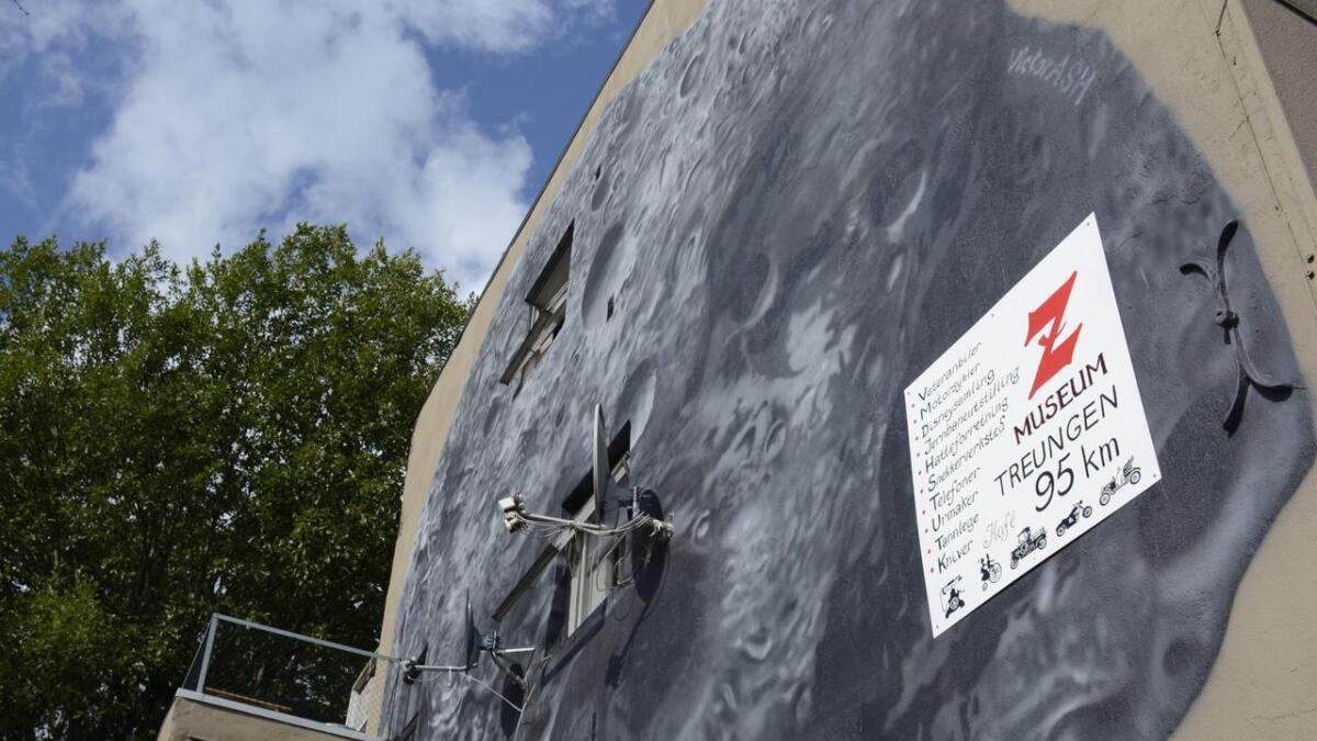 Kunstner Victor Ash reagerer etter at huseier har hengt opp et reklameskilt over kunstverket hans i Skien.