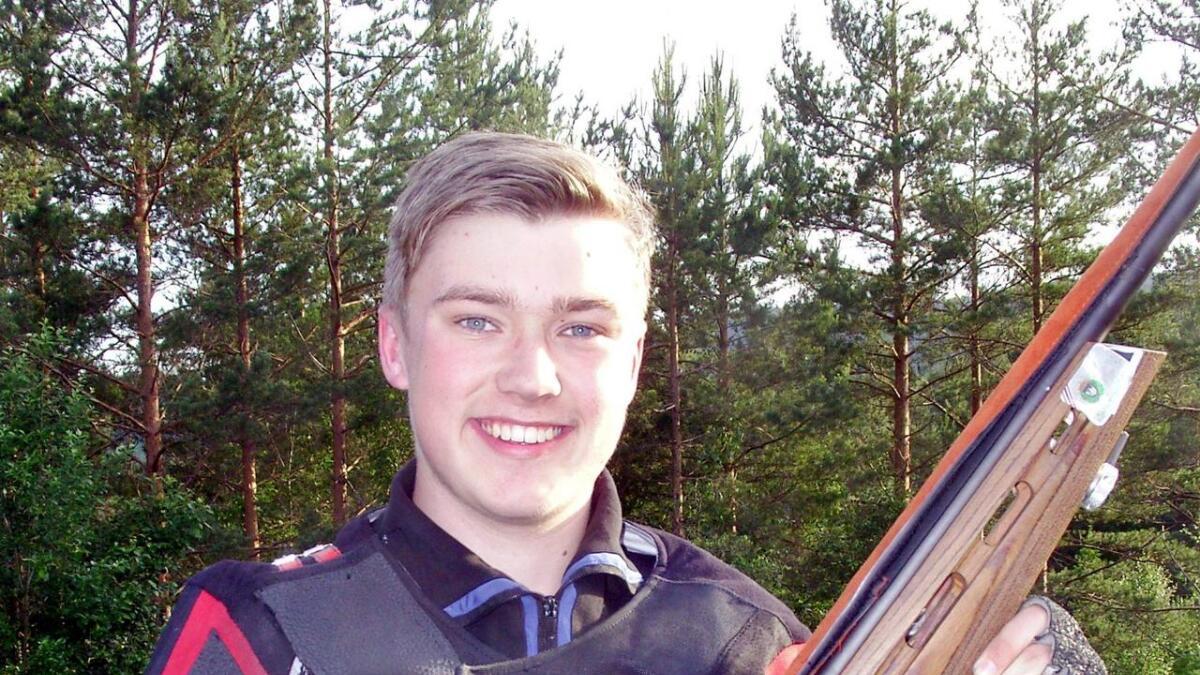 Kristian Storenes smiler etter å ha skutt en flott omgang til 100 poeng.         Arkivfoto
