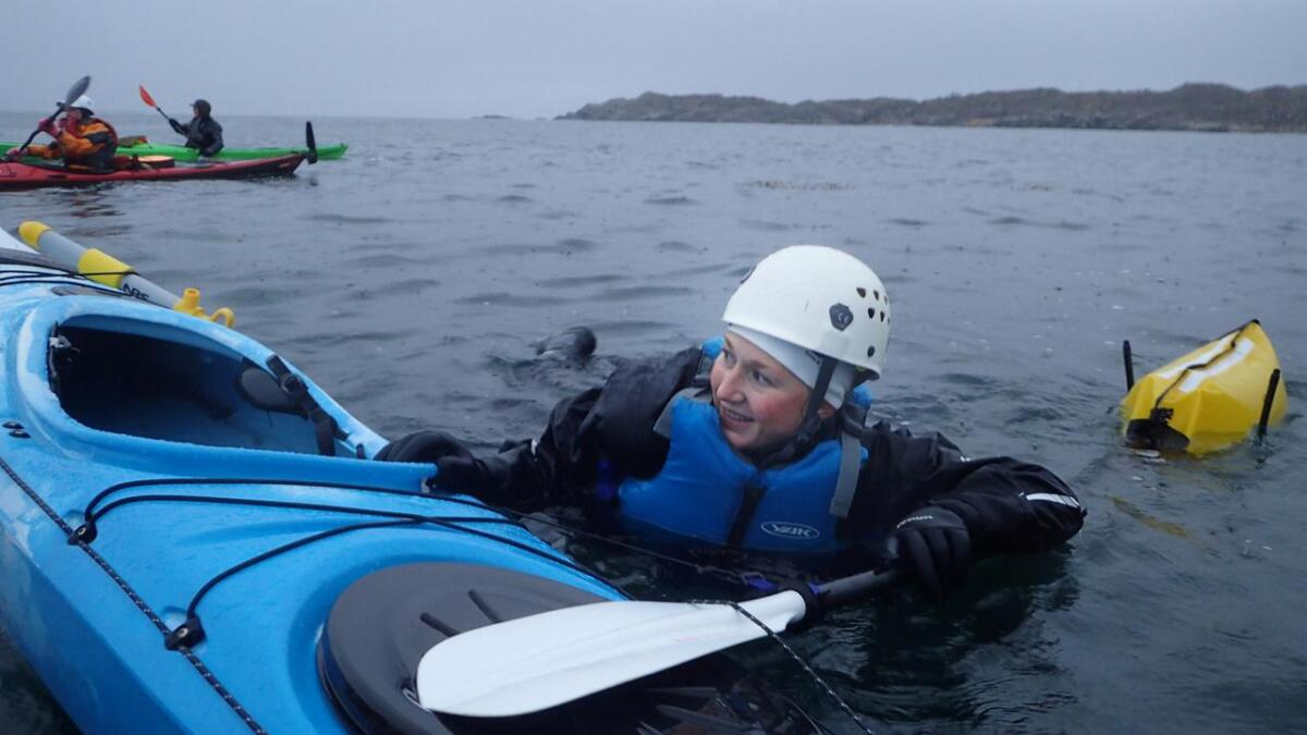 Eirin Lunke prøver redning med flyteelement. (Alle