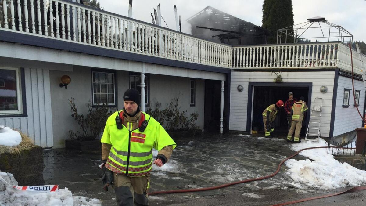 Utrykningsleder for brannvesenet Emil Andreas Hansen (bildet) forteller at huset var overtent da nødetatene kom til stedet natt til fredag.