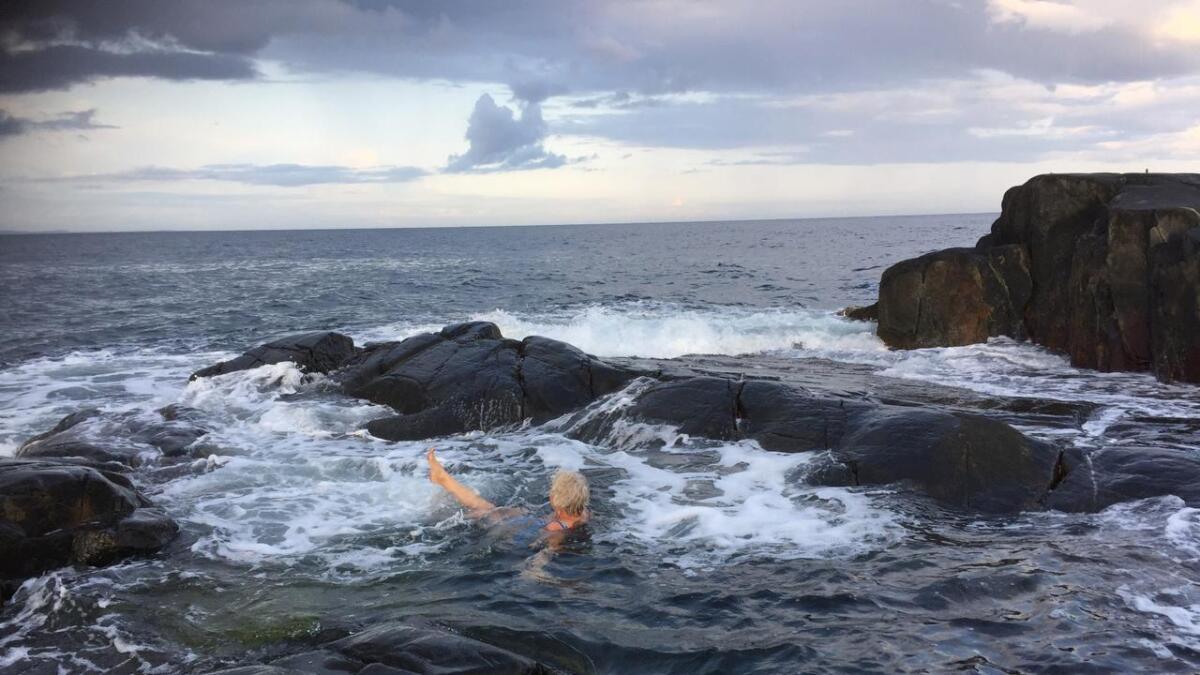 Mørke skyer og regn vil prege store deler av Østlandet i helgen, men temperaturen vil holde seg slik at badingen kan fortsette på Jomfruland.