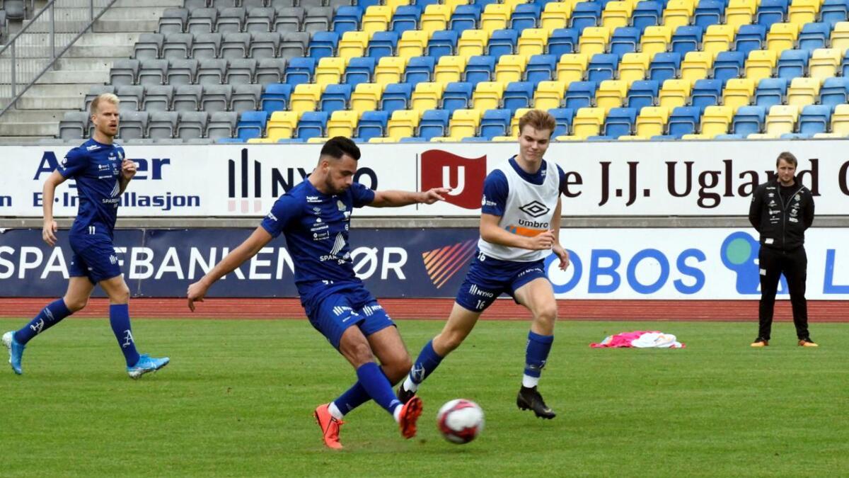 David Faupala i aksjon på sin første fellestrening med FK Jerv på Levermyr torsdag. Han spilte sin forrige kamp i mai, men  kan gå rett inn på laget søndag.