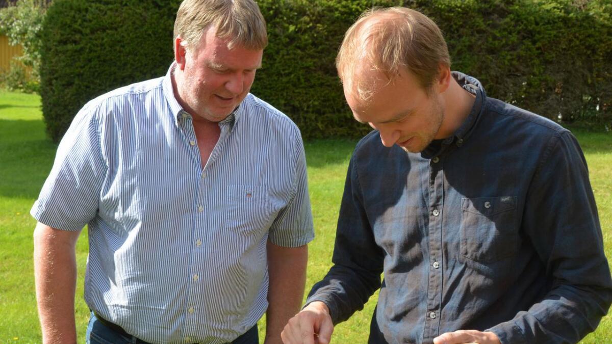 Johan Angre har sponsa fela til den beste spelemannen på fylkeskappleiken. Det blei Ottar Kåsa - som faktisk har laga fela.
