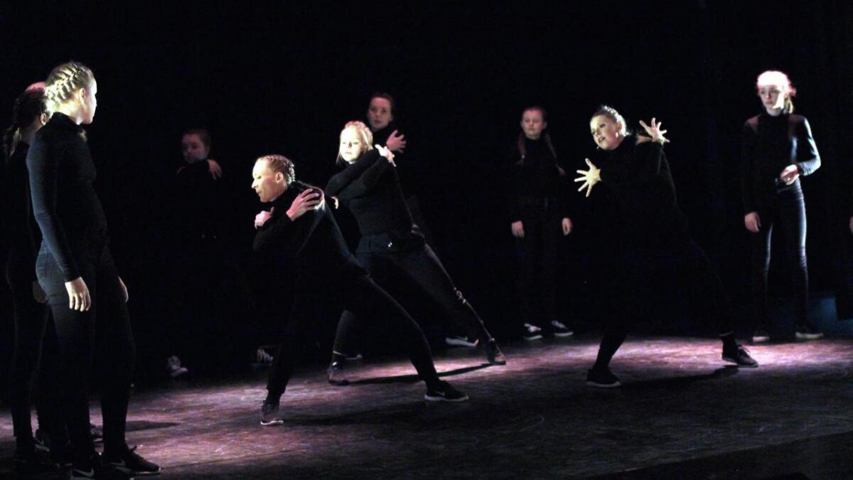 Kutlurskolens danseforetstillingen I am beveget og begeistret.