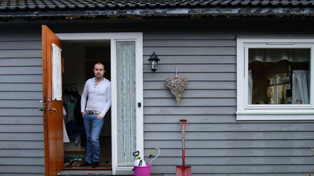 Stord lensmannskontor sende tre politibetjentar ut til Dåfjorden for å plukka opp skjorta til Ronny Larsen.