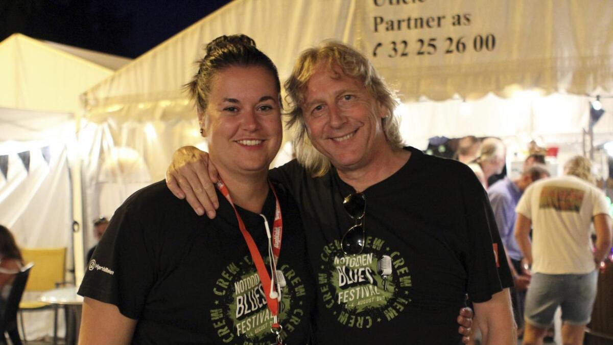 Festivalkoordinator Mari Beate Sannes og leder Jostein Forsberg backstage rundt midnatt natt til søndag. Festivalen ble utsolgt lørdag og det blir festival neste år.