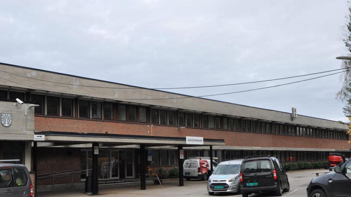 Det er allerede bevilget 4 millioner kroner til nytt inngangsparti ved Vennesla VGS. Nå vil Fylkesrådmannen vente med saken.