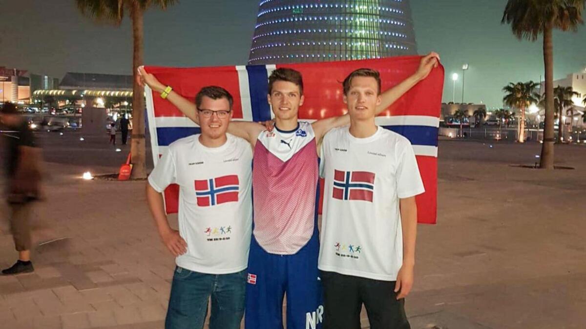 Tom Erling Kårbø (30) er nøgd med å ha slått sin personlege rekord på 3000 meter hinder. Her med brørne Alf Ronny og Harald Kårbø rett utanfor VM-stadion i Doha.