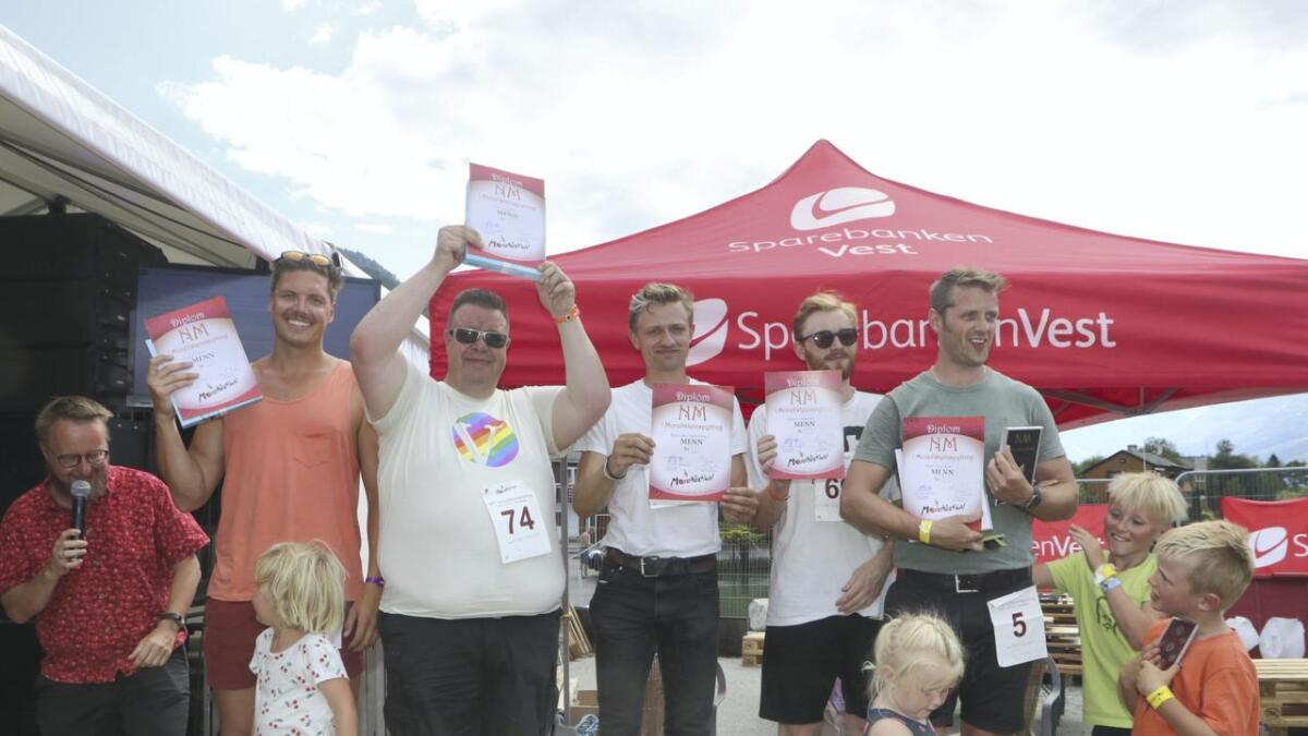 Andreas Wahl, Sverre Kleivkås, Øystein Blix Walderhaug, Arnfinn Langesæter og Øyvind Gjuvsland. Heilt til venstre står programleiar Sigurd Sollien.
