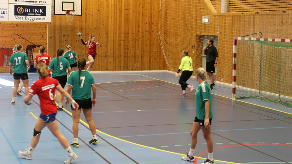Voss HK var best i alle fasane av spelet mot Løv Ham og vann til slutt 37 - 24 i 4.divisjonskampen i Voss Idrettshall sundag. Her er Aleksandra Magdalena Grzesik spelt fri på Voss sin venstre kant.