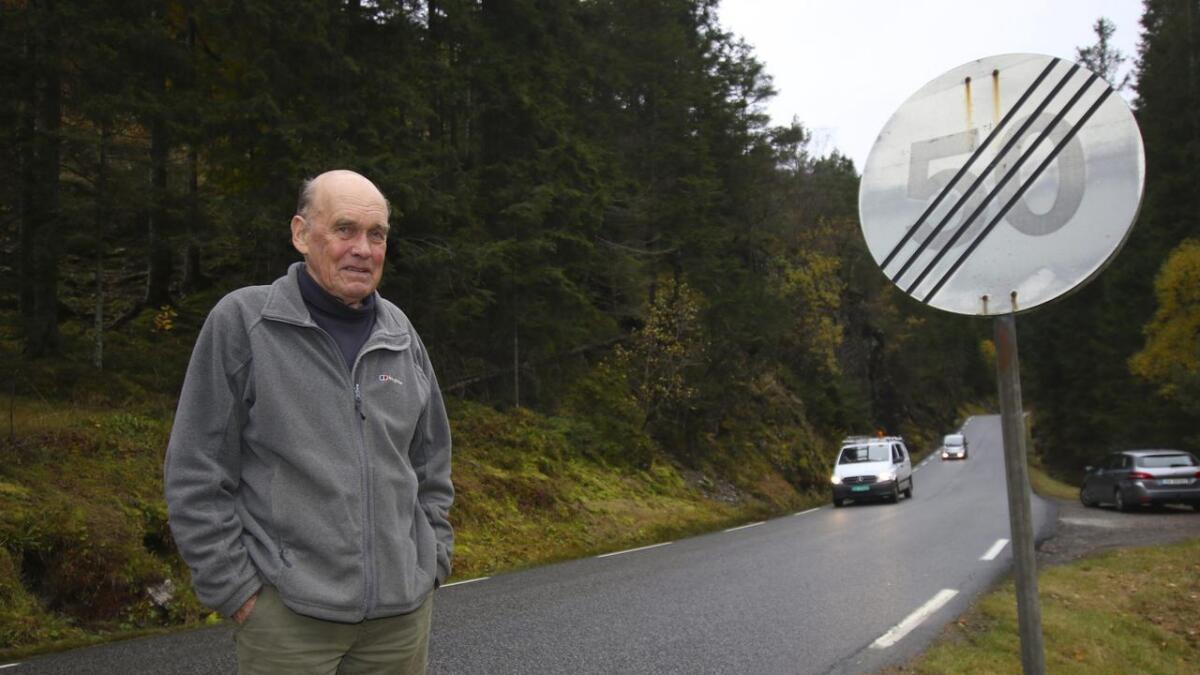 - Her, like etter Ulven leir og på veg oppover Lyseklostervegen, er farten sett opp til 80 km/t. Det er heilt tullete. Vegen er alt for uoversiktleg og svingete til at det er forsvarleg å ha ei slik høg fartsgrense, seier Georg von Erpecom.